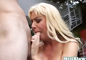 Busty cougar beauty gives wet head